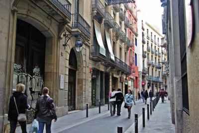 Магазин одежды на оживленной улице готического квартала в Барселоне